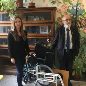 Дарение на инвалидна количка и стол за баня на Училище за деца с нарушено зрение Луи Брайл